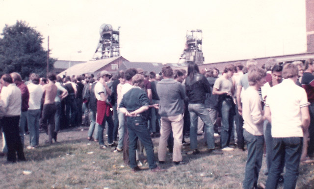 Blidworth Colliery Nottinghamshire. Striking miners' on the picket line.